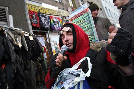 Hans Georg Lindenau vor seinem von Raeumung bedrohTen Laden ManTeufelstrasse 99 |<